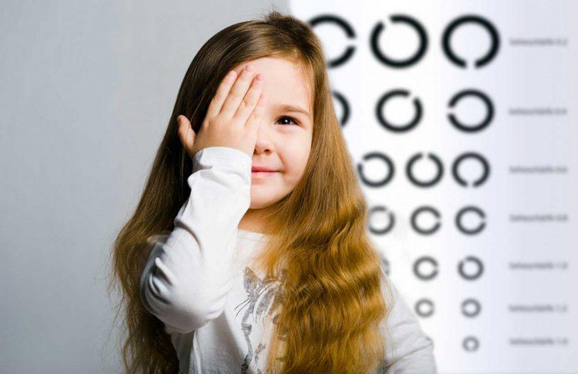 Sehschwächen bei Kleinkindern erkennen: Darauf sollten Eltern achten