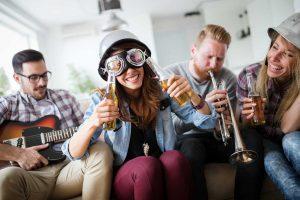 Flaschendrehen mit lustigen Aufgaben für Kinder und Jugendliche
