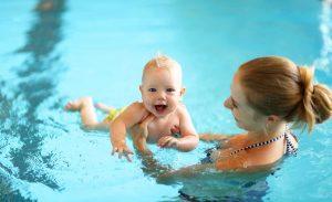 So haben Eltern und Kind Spaß am Babyschwimmen