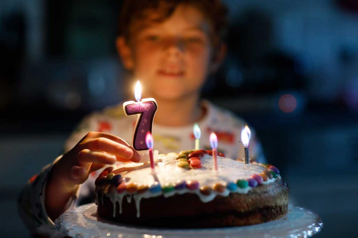 Kindergeburtstag im Dunkeln: Effektvolle Einladungen basteln