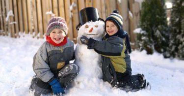 Wie kann man Kleinkinder im Winter draußen beschäftigen?