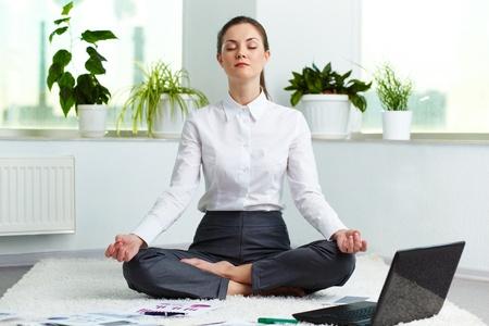 Die besten Yoga-Übungen fürs Büro