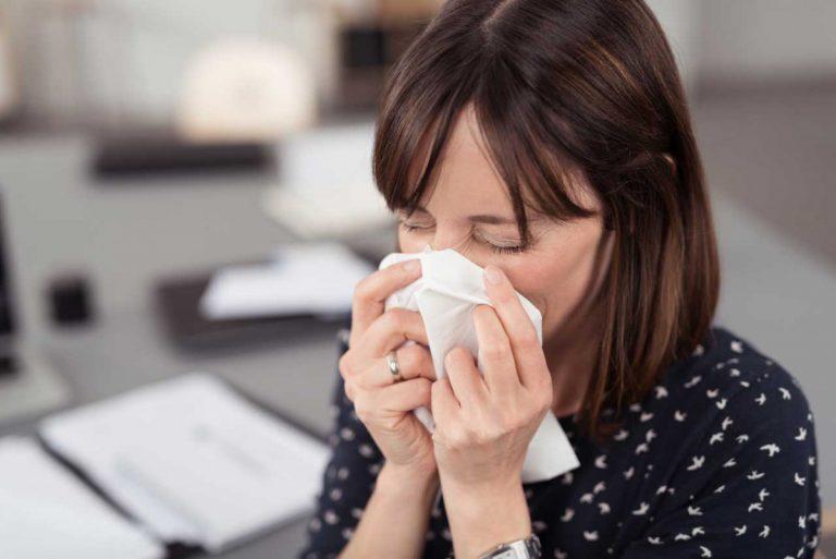 Schnupfenalarm: So verhalten Sie sich im Büro