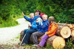 Wie Sie Kinder beim Wandern beschäftigen: 5 Ideen
