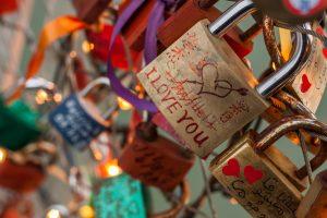 Wie man mit Liebesschlössern eine besondere Freude bereitet