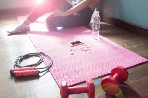 So können Sie Fitness zu Hause betreiben – mit und ohne Gerät