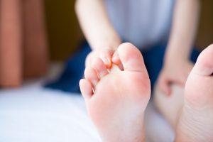 Wie Sie Fußpilz erkennen und behandeln