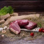 Kochen mit Heu: Sommerrezept für Hähnchen in Heu und Erbsenpüree