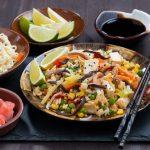 Rezept für vegane Reis-Wokpfanne mit Salzmandeln und Tofu