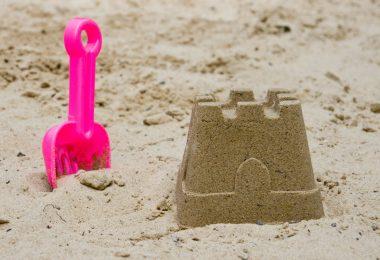 In 10 Schritten die perfekte Sandburg mit Kindern bauen