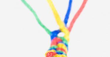 Einfache Idee für Kindergeburtstag: bunte Schnürsenkel flechten