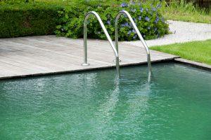 Schwimmteich oder Swimmingpool – was ist besser?