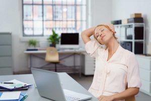 Diese Übungen fürs Büro helfen gegen Verspannungen