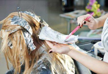 Highlights im Haar: So lassen Strähnen Ihre Haarfarbe lebendig wirken