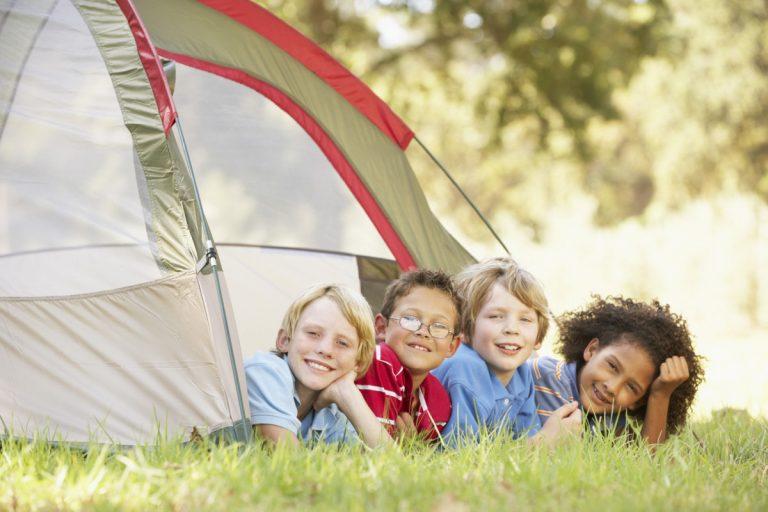 Zelten im Garten ist für Kinder ein kleines Abenteuer