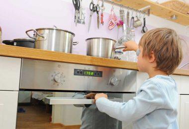 Kinder vor Verbrühungen schützen: Darauf sollten Sie achten