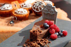 So bereiten Sie eine blutige Halloween-Torte zu