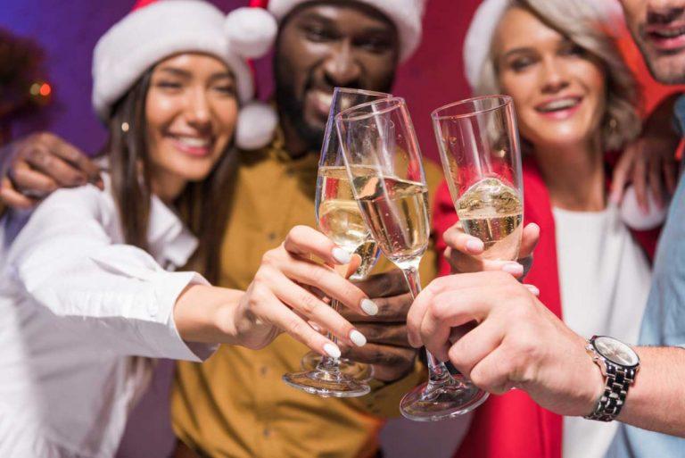 Einladung zur Weihnachtsfeier einmal anders: Nutzen Sie diese originellen Ideen