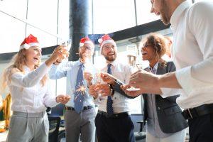 Weihnachtsfeier für den Verein – so gelingt die Dekoration