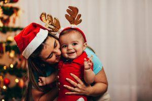So bereiten Sie Ihr Kind auf sein erstes Weihnachten vor
