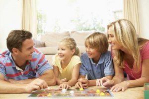 So organisieren Sie einen Spieleabend mit der ganzen Familie