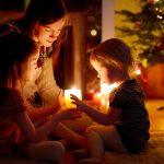 Ein dekoratives Weihnachts-Teelicht mit Kindern basteln