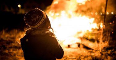 So lernen Kinder den Umgang mit Feuer