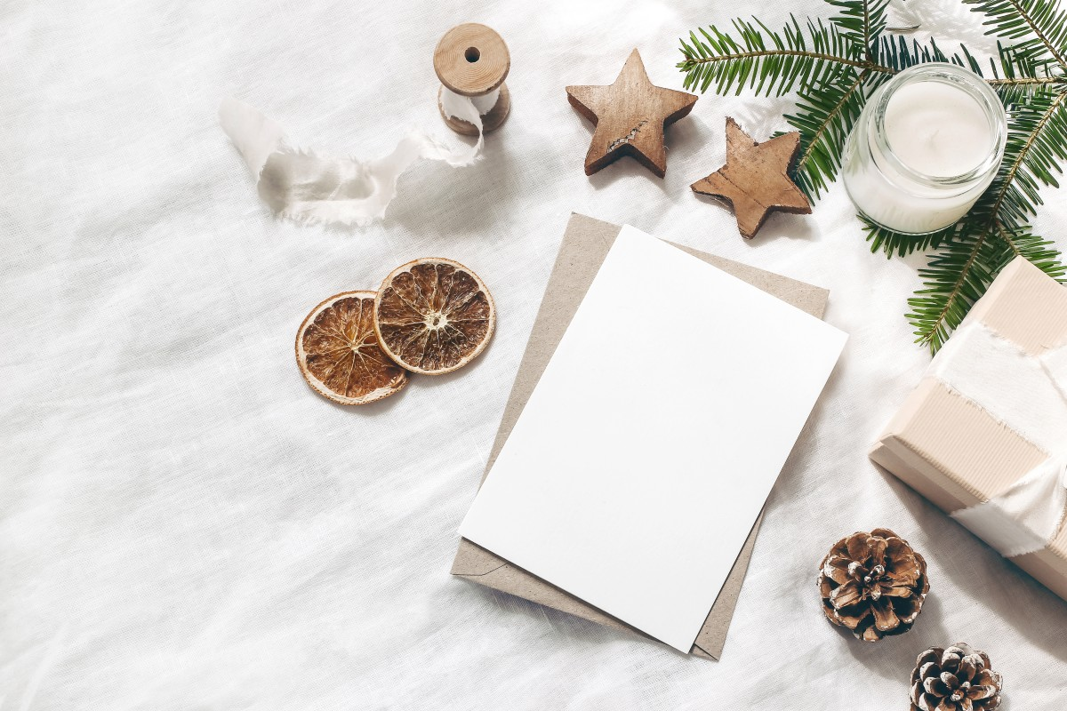 So basteln Sie eine Weihnachtskarte mit Knöpfen
