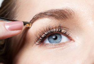 Zupfen, auffüllen, legen: So stylen Sie Ihre Augenbrauen professionell