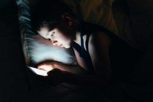 Weshalb Ihr Kind sein Smartphone nicht mit ins Bett nehmen sollte