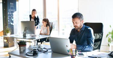 Wie Sie Privatgespräche Ihrer Mitarbeiter als Chef höflich unterbrechen