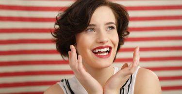 So nutzen Sie Ihren Lippenstift für weißere Zähne