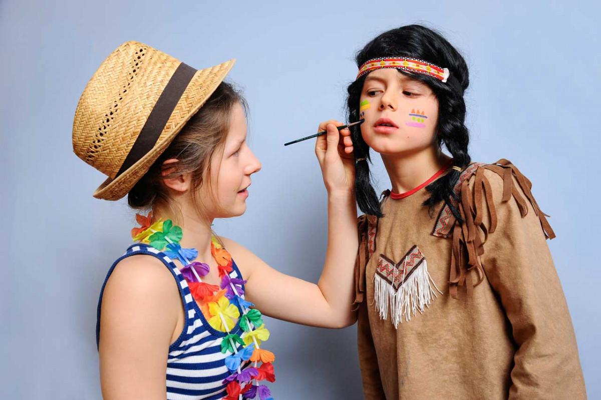 Kinder lieben Rollenspiele und verkleiden sich gerne
