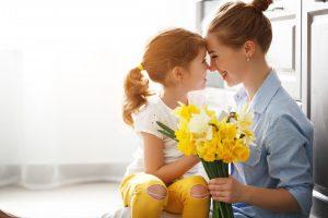 So können Sie mit Ihren Kindern bunte Blumen für Muttertag basteln