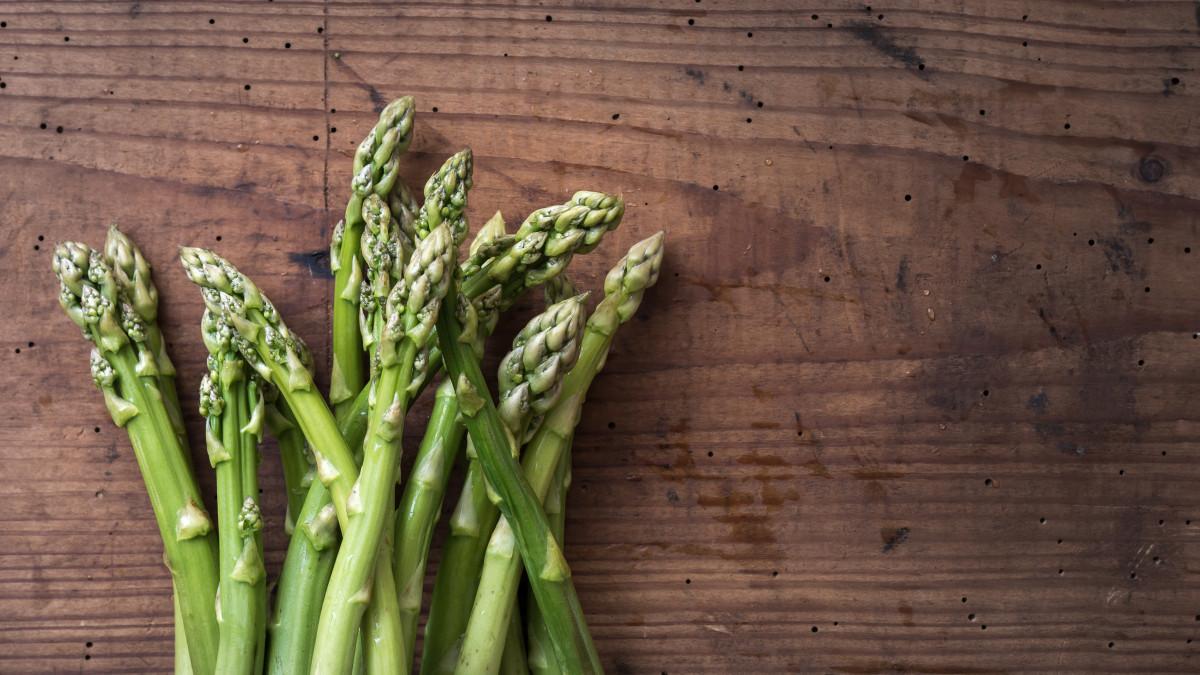 Grüner Spargel vegetarisch zubereitet
