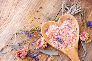 Frühling in der Badewanne: Badesalz selbst herstellen