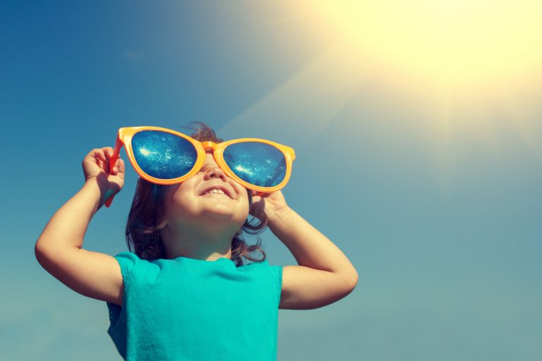Warum Kinder Sonnenbrillen tragen sollten