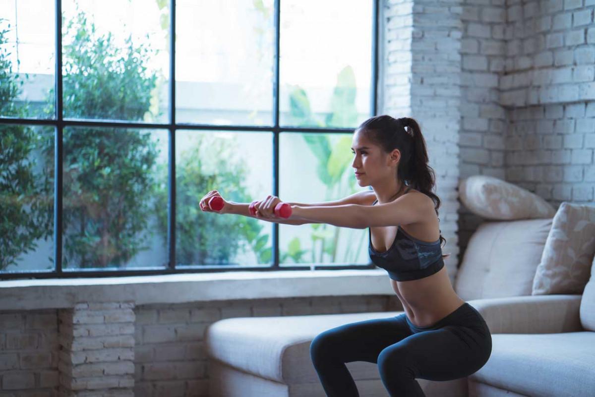 Einfache Sportübungen, die Sie in Ihrem Wohnzimmer ausführen können