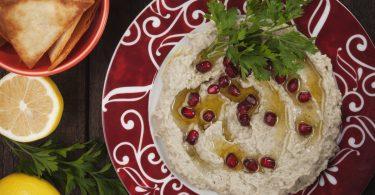 Orientalische Vorspeisen: Baba Ghanoush mit Sesam und Granatapfel
