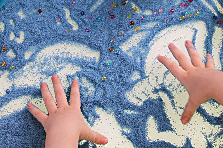 Wie Kinder wunderschöne Sandbilder malen