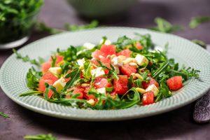 Bunter Tomatensalat mit Wassermelone und Minze