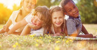 10 Spielideen um draußen den Sommer zu entdecken