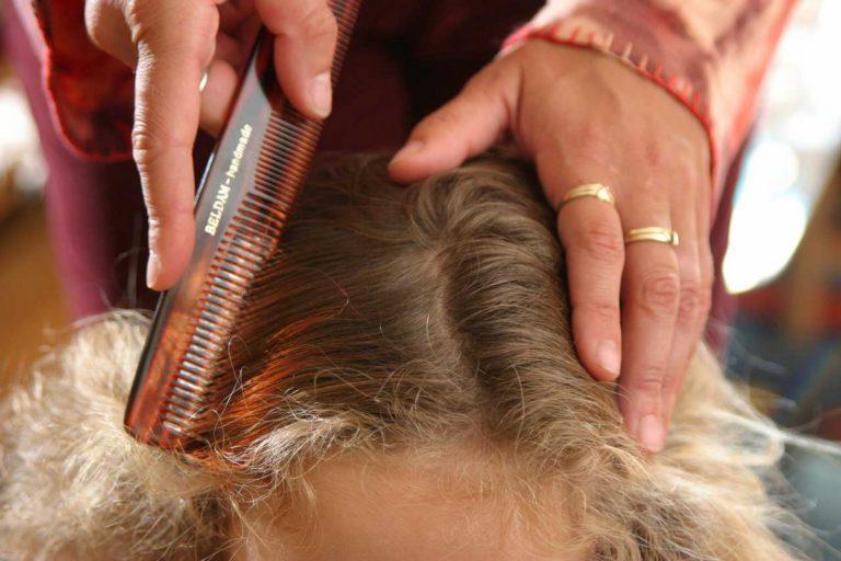 So erkennen Sie Kopfläuse bei Ihrem Kind