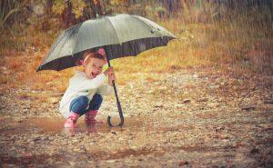 Bei Wind und Wetter: 10 Spielideen, um draußen den Herbst zu entdecken