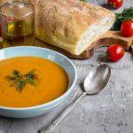 So bereiten Sie in 3 Schritten Orangen-Gazpacho mit Beilagen zu