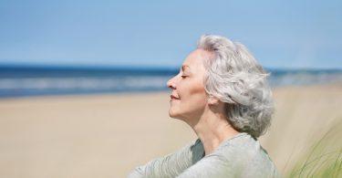 3 Tipps zur Pflege von natürlich ergrautem Haar