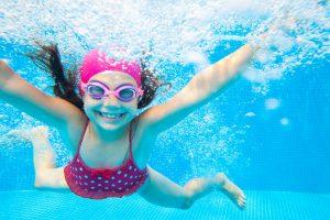 Mit dem Kind im Schwimmbad: 4 Tipps, wie Sie Ihr Kind schnell wassersicher machen
