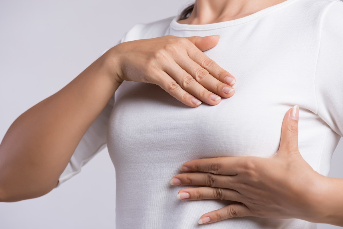 Brustschmerzen bei Frauen – mögliche Ursachen und Behandlung