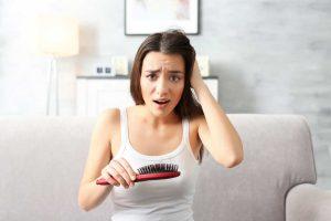 Haarausfall bei Frauen: 10 mögliche Ursachen