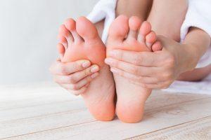 Diese 5 homöopathischen Mittel helfen Ihnen bei Fersenschmerzen